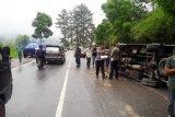 Mikro bus Jasa Malindo tergelincir di dekat Tugu Ayam Arosuka Kabupaten Solok