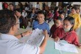 Petugas melayani warga untuk pembuatan Surat Keterangan Catatan Kepolisian (SKCK) di Mapolresta Denpasar, Bali, Kamis (21/11/2019). Menjelang penutupan masa pendaftaran penerimaan Calon Pegawai Negeri Sipil (CPNS) 2019 pada Minggu (24/11), jumlah warga yang memohon SKCK di Polresta Denpasar masih terus meningkat dari sekitar 100 orang per hari menjadi sekitar 200 orang per hari. ANTARA FOTO/Nyoman Hendra Wibowo/nym