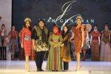 Gubernur Jawa Timur Khofifah Indar Parawansa (tengah) didampingi Ketua Dekranasda Jawa Timur Arumi Bachsin (kedua kanan) berfoto bersama desainer Ivan Gunawan (kedua kiri) dan sejumlah model saat East Java Fashion Harmony 2019 di Surabaya, Jawa Timur, Kamis (21/11/2019). Kegiatan East Java Fashion Harmony 2019 tersebut bertujuan untuk memperkenalkan 38 jenis batik yang berasal dari tiap Kota dan Kabupaten di Jawa Timur. Antara Jatim/Moch Asim/zk.