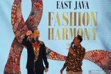 Komedian Cak Lontong dan Insan Nur Akbar menghibur para tamu undangan saat East Java Fashion Harmony 2019 di Surabaya, Jawa Timur, Kamis (21/11/2019). Kegiatan East Java Fashion Harmony 2019 tersebut bertujuan untuk memperkenalkan 38 jenis batik yang berasal dari tiap Kota dan Kabupaten di Jawa Timur. Antara Jatim/Moch Asim/zk.