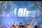Vokalis kelompok musik legendaris God Bless Ahmad Albar beraksi pada The 90's Festival di Jakarta, Sabtu (23/11/2019). Dalam penampilannya, God Bless membawakan sejumlah lagu hits seperti Semut Hitam, Panggung Sandiwara, dan Rumah Kita. ANTARA FOTO/M Risyal Hidayat/nym.