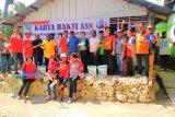Anggota Korpri Biak Numfor cat rumah warga sepanjang pinggiran pantai Fandoi