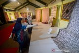 """Pengunjung mengamati kain batik yang di pamerkan pada Festival Batik Jawa Barat di Museum Sri Baduga, Bandung, Jawa Barat, Rabu (27/11/2019). Festival batik Jawa Barat yang bertemakan  """"Semangat Kesatuan Dalam Jejak Rupa Batik Jawa Barat"""" tersebut menampilkan 28 batik"""
