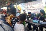 Warga PNG ikut berobat di lokasi bakti sosial TNI-Polri