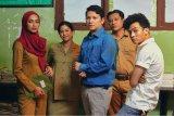 Ada Dian Sastrowardoyo dan Gading Marten dalam film Guru-Guru Gokil
