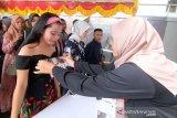 Seorang peserta mendapatkan nomor urut usai registrasi pendaftaran untuk mengikuti seleksi Audisi Liga Dangdut Indonesia (LIDA) 2020 untuk wilayah Kalimantan Barat di Mall Ramayana Pontianak, Kalimantan Barat, Minggu (1/12/2019). General Manager Production Indosiar dan SCTV Allan Dilyanto menyatakan untuk di wilayah Kalbar terdapat 401 peserta dari sejumlah daerah di Kalbar yang mengikuti audisi LIDA 2020, yang merupakan kompetisi dangdut terbesar di Indonesia tersebut dan nantinya akan dipilih dua peserta terbaik dari tiap provinsi di Indonesia untuk berlaga di Show LIDA 2020 di Jakarta. ANTARA KALBAR/Jessica Helena Wuysang