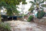 Cuaca buruk, tiang penyangga gardu listrik di Palangka Raya ambruk
