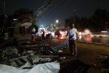 Papan reklame tumbang di Jalan Raya Bekasi akibat angin kencang