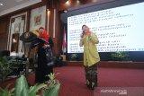 Direktur Keuangan, MSDM dan Umum Perum LKBN Antara Nina Kurnia Dewi (kiri) bernyanyi bersama Kepala Dinas Pengendalian penduduk dan Keluarga Berencana Daerah(DPPKBD) Kabupaten Hulu Sungai Utara (HSU) Anisah Rasyidah Wahid (kanan) saat acara Penghargaan Perempuan Hebat Kalsel dan Seminar