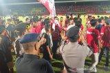 Kalteng Putra kalah, supoter  melampiaskan kekecewaan rusak fasilitas stadion