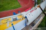 Pekerja mengoperasikan alat berat saat renovasi Stadion Arcamanik di Sport Center Jabar di Arcamanik, Bandung, Jawa Barat, Jumat (6/12/2019). Proses renovasi Stadion Arcamanik yang rusak akibat angin kencang tersebut ditargetkan rampung pada akhir 2019 mendatang. ANTARA JABAR/Raisan Al Farisi/agr