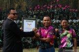 Komandan Korps Marinir (Dankormar) Mayjen TNI (Mar) Suhartono (tengah) didampingi Komandan Pasukan Marinir (DanPasmar) 2 Brigjen TNI (Mar) Ipung Purwadi (kanan) menerima piagam penghargaan Museum Rekor-Dunia Indonesia (MURI) dari Senior Manajer MURI Awan Rahargo (kiri) di Lapangan Tembak Internasional FX. Soepramono, Bhumi Marinir Karangpilang, Surabaya, Jawa Timur, Sabtu (7/12/2019). Kegiatan yang melibatkan 1.474 prajurit Korps Marinir itu berhasil memecahkan rekor MURI dengan 'Menembak oleh Petembak Terbanyak'. Antara Jatim/Didik/ZK