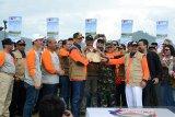 Kepala Badan Nasional Penanggulangan Bencana (BNPB), Letnan Jenderal Doni Munardo (ketiga kiri) bersama Bupati Aceh Besar, Mawardi Ali (kedua kanan) dan Forum Kordinasi Pimpinan Daerah (Forkopimda) Aceh menabuh gendang saat  Launching Program Keluarga Tangguh Bencana (Katana) di Pantai Pasie Jantang, Kecamatan Lhoong, Kabupaten Aceh Besar, Aceh, Minggu (8/12/2019). Launching Katana yang melibatkan sebanyak 1.500 peserta melibatkan TNI, Polri,BPBD, Rapi, instansi pemerintah serta BUMN itu untuk meningkatkan kapasitas masyarakat yang tangguh dalam menghadapi bencana serta mencaga alam untuk kehidupan. Antara Aceh/Ampelsa.