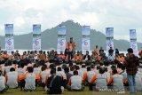 Kepala Badan Nasional Penanggulangan Bencana (BNPB), Letnan Jenderal Doni Munardo (tengah) menyampaikan sambutan saat  Launching Program Keluarga Tangguh Bencana (Katana) di Pantai Pasie Jantang, Kecamatan Lhoong, Kabupaten Aceh Besar, Aceh, Minggu (8/12/2019). Launching Katana yang melibatkan sebanyak 1.500 peserta melibatkan TNI, Polri,BPBD, Rapi, instansi pemerintah serta BUMN itu untuk meningkatkan kapasitas masyarakat yang tangguh dalam menghadapi bencana serta mencaga alam untuk kehidupan. ANTARA FOTO/Ampelsa.