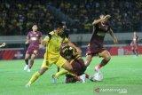 Pesepak bola Barito Putera Samsul Arif Munip (kiri) berebut bola dengan pesepak bola PSM Makassar Muh Rizky Eka Pratama (kanan) dan Beny Wahyudi (tengah) dalam pertandingan lanjutan Liga 1 2019 di Stadion Demang Lehman Martapura, Kalimantan Selatan, Rabu (11/12/2019). Barito Putera menang atas PSM Makassar dengan skor 3-2. Foto Antaranews Kalsel/Bayu Pratama S.