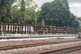 Stasiun Tugu memanfaatkan bantalan rel bekas untuk taman