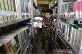 Ketua DPRK Banda Aceh Farid Nyak Umar mengunjungi perpustakaan daerah dan Arsip kota di Banda Aceh, Aceh, Kamis (12/11/2019). Antara Aceh/Irwansyah Putra.
