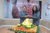 Kepala Biro Antara Jatim Slamet Hadi Purnomo (kiri) memberikan potongan tumpeng kepada pewarta tulis termuda Willy Irawan (kanan) saat menghadiri HUT ke 82 LKBN ANTARA di Grha ANTARA Jatim, Surabaya, Jawa Timur, Jumat (13/12/2019). Dalam HUT tersebut Pewarta ANTARA biro Jatim meluncurkan buku karkhas yang berjudul