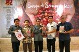 Kepala Biro ANTARA Jatim Slamet Hadi Purnomo (tengah) menyerahkan buku karkhas yang berjudul