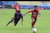 Pesepak bola Arema FC, Ridwan Tawainela (kiri) berebut bola dengan pesepak bola Bali United, Taufiq (kanan) dalam pertandingan Liga I di Stadion Kanjuruhan, Malang, Jawa Timur, Senin (16/12/2019). Arema mengalahkan Bali United dengan skor akhir 3-2. ANTARA FOTO/Ari Bowo Sucipto/nym.