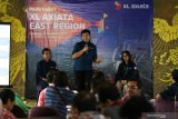 Group Head XL Axiata East Region Bambang Parikesit (tengah) didampingi Service Performance & Optimization XL Axiata East Region Rino Prasetiyanto (kiri) dan Head Of Sales XL Axiata Greater Surabaya Madura Hiasinta H Paembonan (kanan) memberikan pemaparan saat Media Update XL Axiata East Region di Surabaya, Jawa Timur, Selasa (17/12/2019).  Pada kesempatan  itu dijelaskan bahwa sudah terdapat lebih 4.500 Base Transceiver Stations (BTS) 4G dan 6.500 BTS 3G yang sudah melayani area Jawa Timur. Antara Jatim/Didik/ZK