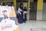 Sejumlah anak penyandang low vision mengikuti kegiatan Petualangan Dana di SLBN A Bandung, Jawa Barat, Selasa (16/12). Kegiatan yang diselenggarakan oleh Syamsi Dhuha Foundation tersebut merupakan rangkaian dari Hari Penglihatan Sedunia yang bertujuan mengajak anak-anak penyandang low vision untuk tetap semangat berinteraksi, berkreasi dan berinovasi. ANTARA JABAR/M Agung Rajasa/agr
