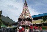 Siswa SD Karitas Purwokerto sulap limbah kayu jadi pohon Natal