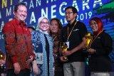 Menteri Tenaga Kerja, Ida Fauziyah (dua dari kiri) didampingi Wakil Menteri Pertahanan, Wahyu Sakti Trenggono (kiri) berfoto bersama Redaktur LKBN Antara, Endang Sukarelawati (kanan) usai menyerahkan penghargaan dalam Peringatan Hari Buruh Migran di GOR Vira Yudha Markas Divisi Infanteri 2 Kostrad, Singosari, Malang, Jawa Timur, Rabu (18/12/2019). LKBN Antara menerima penghargaan Indonesian Migrant Worker Award dari Kementerian Tenaga Kerja sebagai Media Online Yang Mendukung Program Perlindungan Pekerja Indonesia. Antara Jatim/Ari Bowo Sucipto/zk.