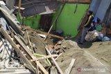 Dihantam truk bermuatan pasir, satu unit ruko hancur dan menimbun satu keluarga di Cianjur