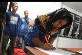 Sejumlah Pekerja Migran Indonesia (PMI) menjalani pendataan dari BP3TKI saat tiba di Dinas Sosial Provinsi Kalbar, di Pontianak, Rabu (18/12/19) dini hari. Balai Pelayanan Penempatan dan Perlindungan Tenaga Kerja Indonesia (BP3TKI) Pontianak mencatat terdapat 79 PMI yang dipulangkan Pemerintah Malaysia melalui PPLBN Entikong, Kabupaten Sanggau karena tidak memiliki paspor dan ijin kerja, mengkonsumsi narkoba serta mengikuti orang tua. ANTARA FOTO/Reza Novriandi/nym.