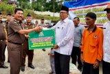 Peduli banjir Solok Selatan, Kajati Sumbar Serahkan bantuan di Kampung Tarandam dan Lubuk Ulang Aling