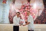 Kepala Biro ANTARA Jatim Slamet Hadi Purnomo (kiri) menyerahkan buku karkhas berjudul