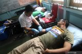 Dua warga menjalani proses donor darah yang dilakukan petugas PMI Pontianak di Kantor LKBN Antara Biro Kalbar di Pontianak, Kamis (19/12/2019). Kegiatan tersebut merupakan rangkaian kegiatan dari peringatan HUT ke-82 LKBN Antara. ANTARA FOTO/Jessica Helena Wuysang.