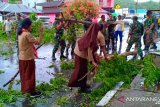 Di Kendari, prajurit TNI-Pramuka bersihkan pohon tumbang