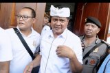 Mantan Wakil Gubernur Bali I Ketut Sudikerta (tengah) meninggalkan ruangan usai menjalani sidang vonis di Pengadilan Negeri Denpasar, Bali, Jumat (20/12/2019). Terdakwa yang merupakan Wagub Bali periode 2013-2018 tersebut divonis hukuman 12 tahun penjara dalam kasus penipuan dan penggelapan jual beli tanah senilai Rp149 miliar serta Tindak Pidana Pencucian Uang (TPPU). ANTARA FOTO/Fikri Yusuf/nym.