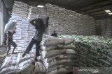 Pekerja mengangkut pupuk untuk didistribusikan di gudang pupuk PT Pupuk Kujang, Awipari, Kota Tasikmalaya, Jawa Barat, sabtu (21/12/2019). Pupuk Kujang memastikan bahwa stok pupuk bersubsidi untuk memenuhi kebutuhan musim tanam awal tahun 2020 di wilayah Jabar dan Banten, dalam kondisi aman dengan ketersedian stok mencapai 7.548 ton pupuk urea atau 237 persen dari ketentuan sebesar 3.183 ton dan pupuk organik sebanyak 494 ton. ANTARA JABAR/Adeng Bustomi/agr