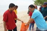 Jasa Raharja Sultra bersihkan pantai wisata Toronipa