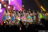 Anggota grup idol JKT48 menghibur penonton saat menggelar konser di Surabaya, Jawa Timur, Minggu (22/12/2019). Konser yang diikuti 68 member tersebut dalam rangka memperingati delapan tahun JKT48. Antara Jatim/Moch Asim/zk.