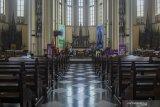 Gereja Katedral disemprot disinfektan untuk cegah penyebaran COVID-19