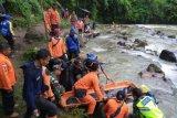 Petugas gabungan dari SAR Pagaralam, TNI, Polri, BPBD dan Tagana melakukan evakuasi korban kecelakaan Bus Sriwijaya dengan rute Bengkulu - Palembang yang masuk jurang di Liku Lematang, Prahu Dipo, Dempo Selatan, Pagaralam, Sumatera Selatan, Selasa (24/12/2019). Berdasarkan data dari Polres Pagaralam dari total 39 orang penumpang bus yang menjadi korban, 25 orang meninggal dunia dan 14 orang mengalami luka berat dan ringan. ANTARA FOTO/Handout/Dok Basarnas Palembang/nym.