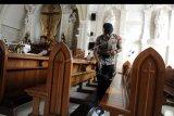 Anggota Brimob Polda Bali melakukan sterilisasi menjelang misa malam Natal di Gereja Katolik Roh Kudus Katedral Denpasar, Bali, Selasa (24/12/2019). Sterilisasi tersebut dilakukan untuk menjamin keamanan dan kenyamanan umat yang menjalankan ibadah Natal. ANTARA FOTO/Fikri Yusuf/nym.