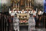 Cegah penyebaran corona, gereja Katedral disemprot disinfektan