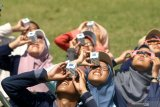 Komunitas Astronomi mengamati gerhana matahari di Taman Blambangan, Banyuwangi, Jawa Timur, Kamis (26/12/2019). Fenomena gerhana matahari terlihat dari Banyuwangi sebesar 63 persen. Antara Jatim/Budi Candra Setya/zk