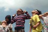 Warga antusias saksikan gerhana matahari di ITERA