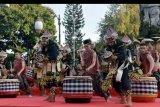 Seniman Bali menampilkan tari kreasi