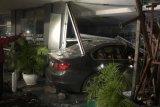 Sedan BMW tabrak apotek di Jalan Senopati Raya Jaksel