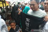 Presiden Jokowi bagi-bagi kaos di Bendung Kamijoro