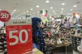 'Berburu' diskon akhir tahun, masyarakat padati pusat perbelanjaan