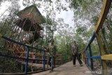 Wisatawan berkunjung ke kawasan ekowisata mangrove Pangkal Babu, Tungkal Ilir, Tanjungjabung Barat, Jambi, Selasa (31/12/2019). Ekowisata hutan bakau pertama di Pantai Timur Sumatera Provinsi Jambi yang diinisiasi oleh pemuda setempat tersebut menambah pilihan tempat wisata warga untuk memanfatkan waktu libur Natal 2019 dan Tahun Baru 2020 di daerah itu. ANTARA FOTO/Wahdi Septiawan/aww.