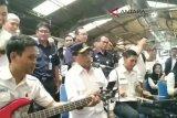 VIDEO: Menhub hibur penumpang kereta di Stasiun Tugu